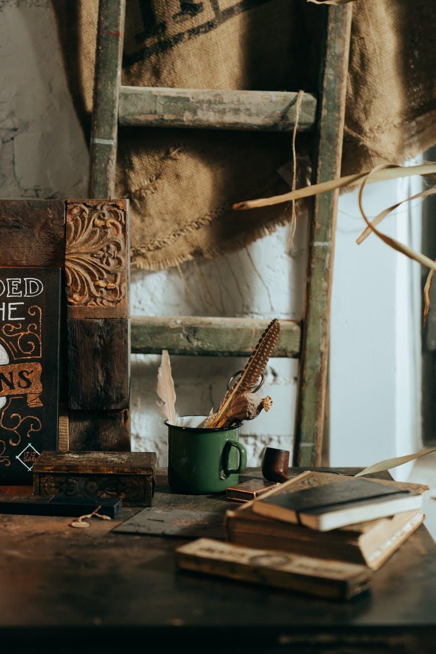 The Dark Storyteller: Ključ kralja Salomona   brown and black wooden board