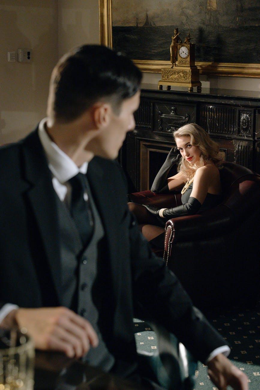 Poimanje ljubavi iz muškog kuta   photo of man looking at sophisticated woman