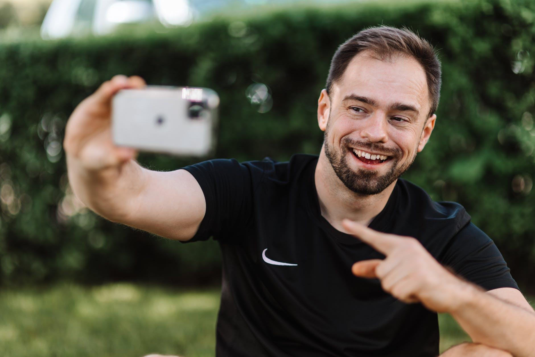 fotke koje sheramo na društvenim mrežama  smiling man in black shirt taking a selfie